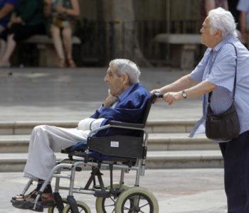 Una pareja con sills de rueda
