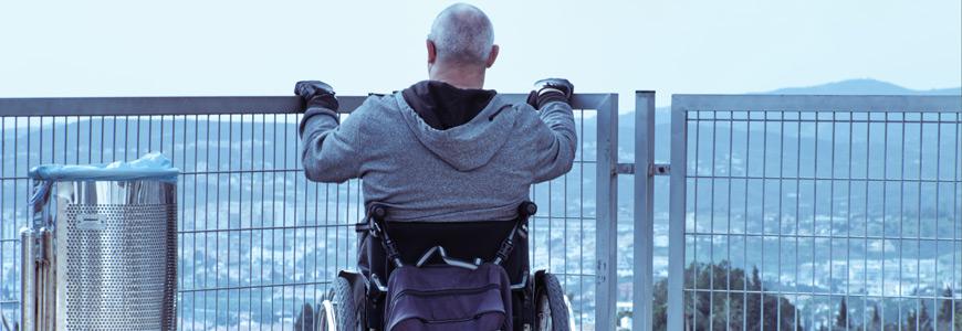 Usuario de silla de ruedas en in balcón
